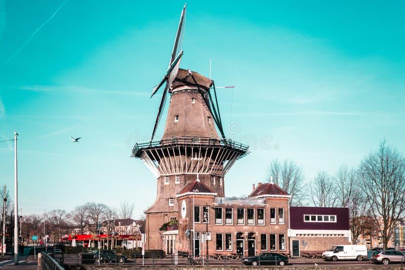 Molino de viento en Amsterdam, Países Bajos imágenes de archivo libres de regalías