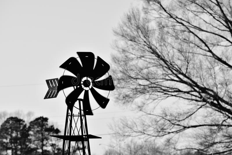 Molino de viento en blanco y negro imagenes de archivo