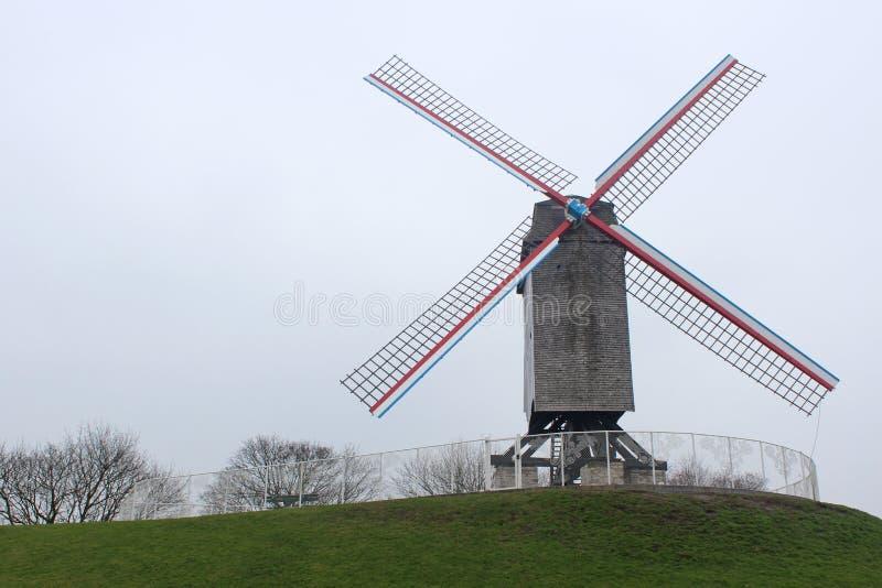 Molino de viento en Brujas, Bélgica imagenes de archivo