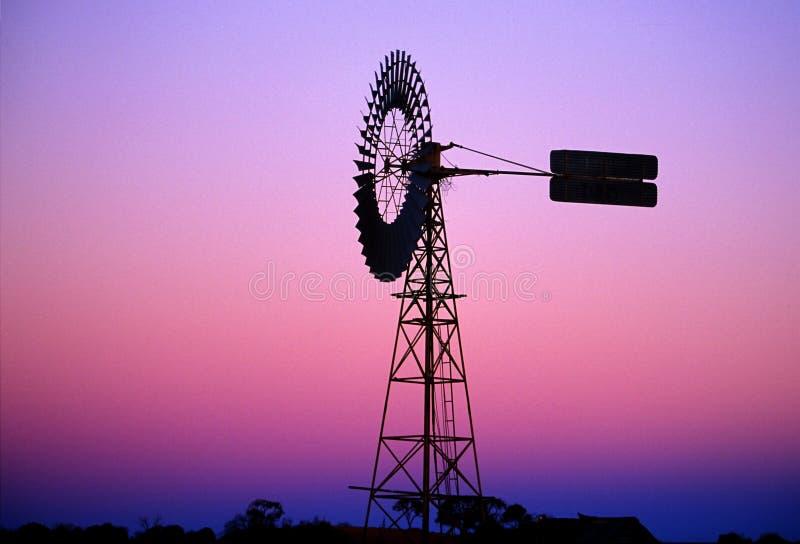 Molino de viento en el amanecer imagenes de archivo