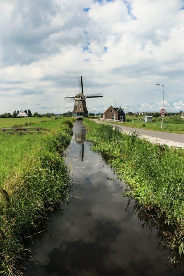 Molino de viento en el verano de Amsterdam foto de archivo