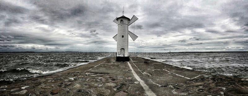 Molino de viento en la costa imagen de archivo