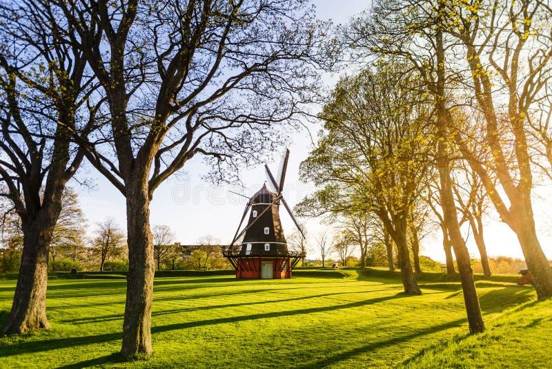 Molino de viento en la fortaleza en puesta del sol, Copenhague, Dinamarca de Kastellet fotografía de archivo libre de regalías