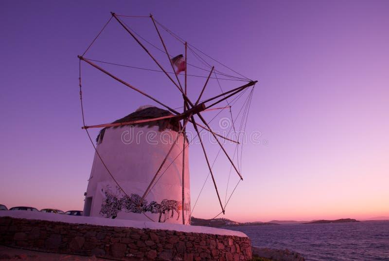 Molino de viento en la isla de Mykonos fotos de archivo