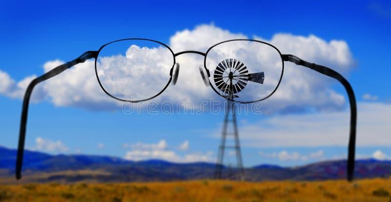 Molino de viento en la ladera en el campo América rural con el cielo y C imágenes de archivo libres de regalías