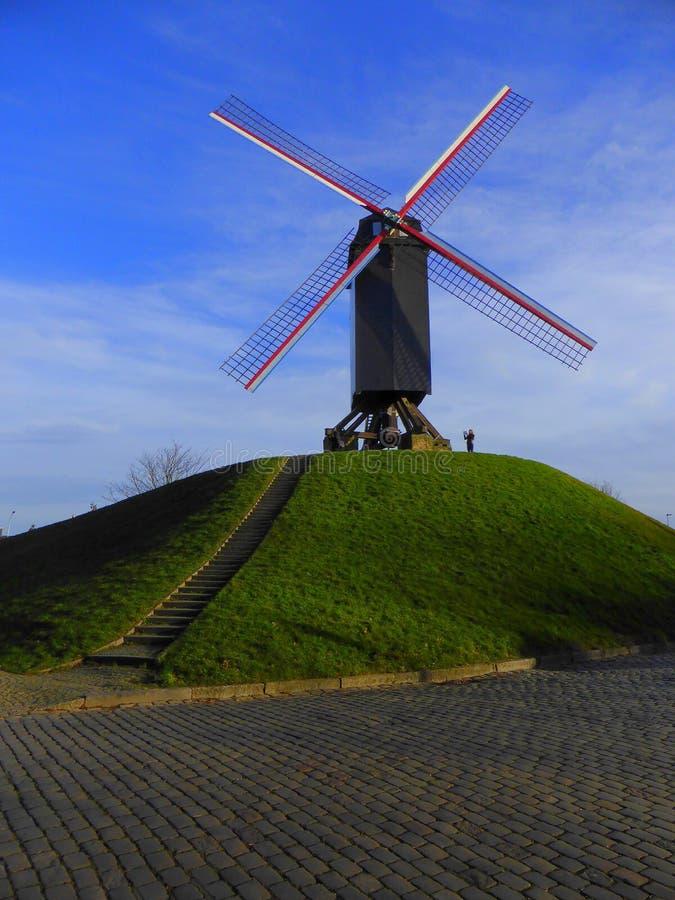 Molino de viento en la pequeña colina imagen de archivo