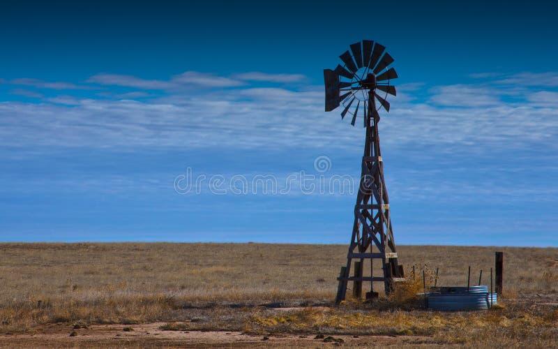 Molino de viento en la pradera imágenes de archivo libres de regalías