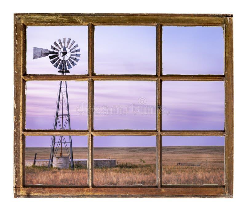 Molino de viento en la pradera de Colorado foto de archivo