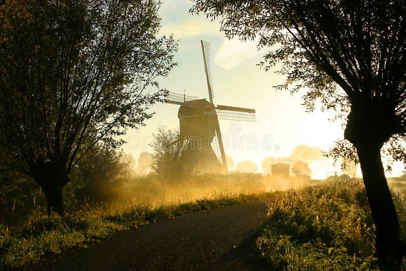 Molino de viento en niebla foto de archivo libre de regalías