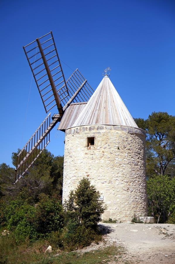 Molino de viento en Provence fotos de archivo