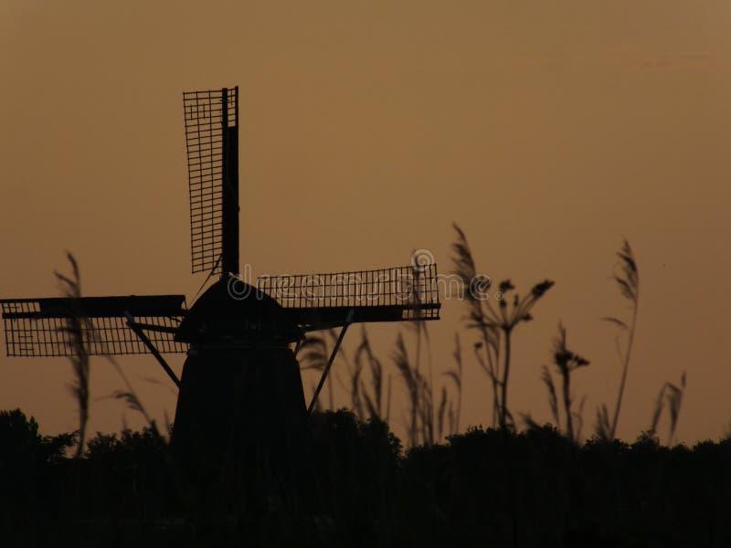 Molino de viento en puesta del sol foto de archivo libre de regalías
