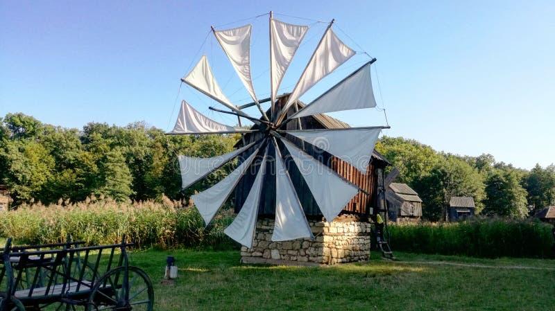 Molino de viento en un baño del sol fotografía de archivo
