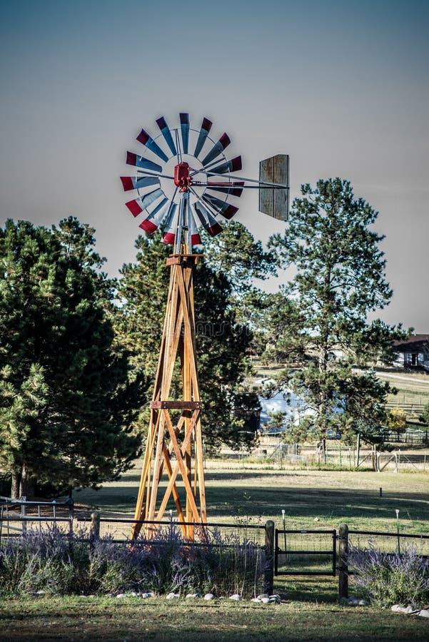 Molino de viento en un paisaje del país foto de archivo libre de regalías