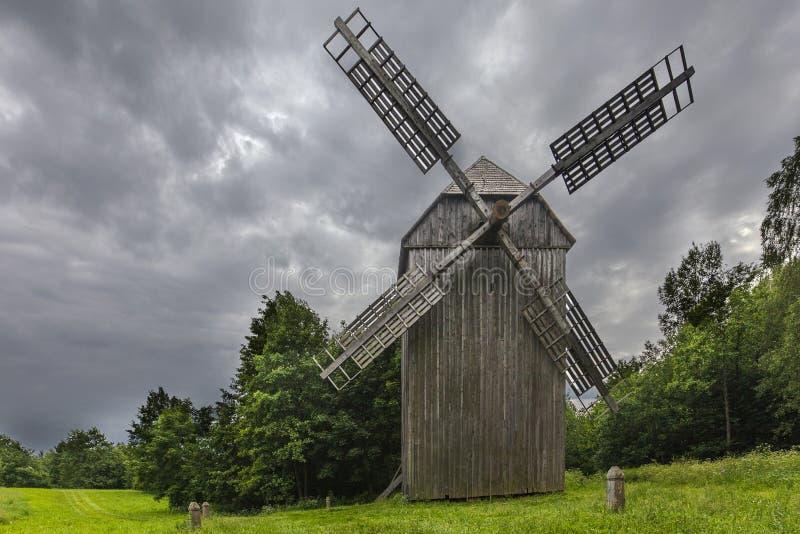 Molino de viento en un pueblo cerca del bosque para la impresión imagenes de archivo