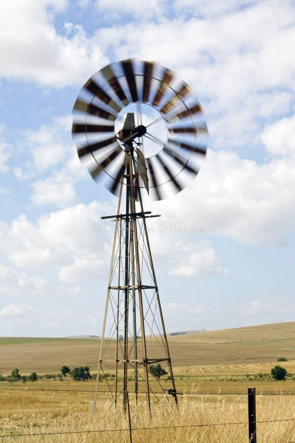 Molino de viento en una granja en Suráfrica imágenes de archivo libres de regalías