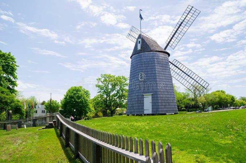 Molino de viento en una de las ciudades en Long Island, Nueva York fotografía de archivo