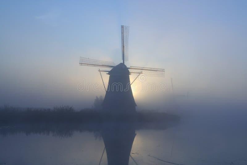 Molino de viento en una mañana brumosa imagen de archivo libre de regalías