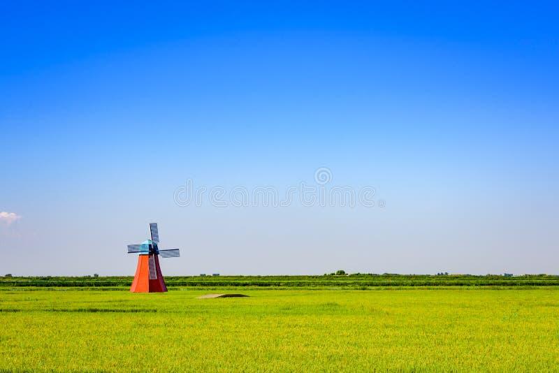 Molino de viento de estilo holandés con cielo azul, Panjin, Liaoning, China imagen de archivo libre de regalías