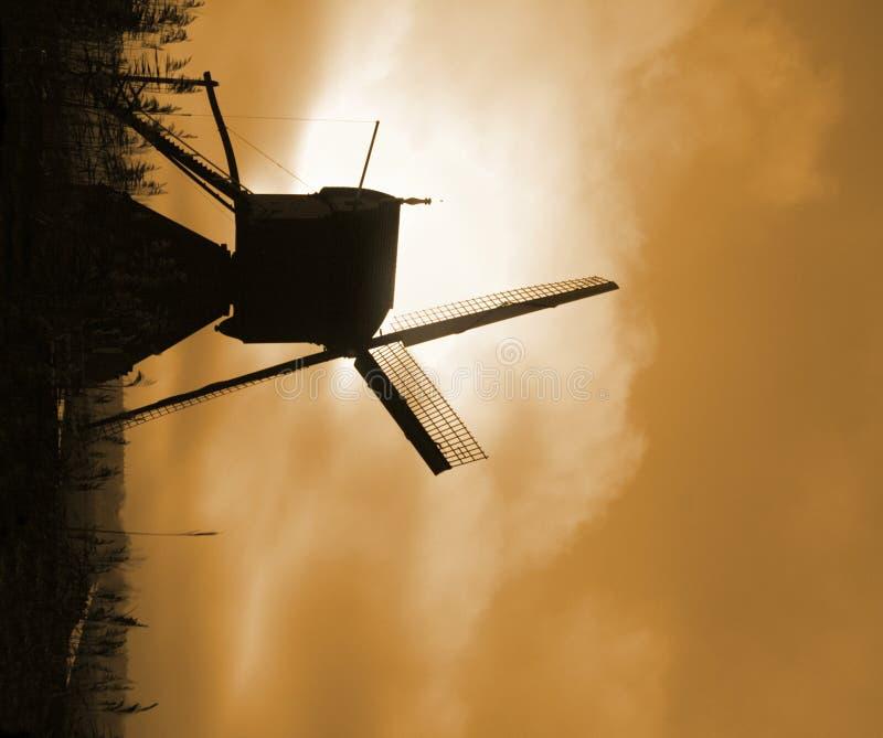 Download Molino de viento histórico foto de archivo. Imagen de nubes - 1291230