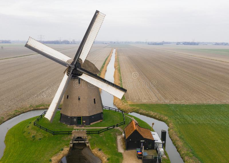 Molino de viento holandés antiguo típico con los campos desde arriba foto de archivo libre de regalías