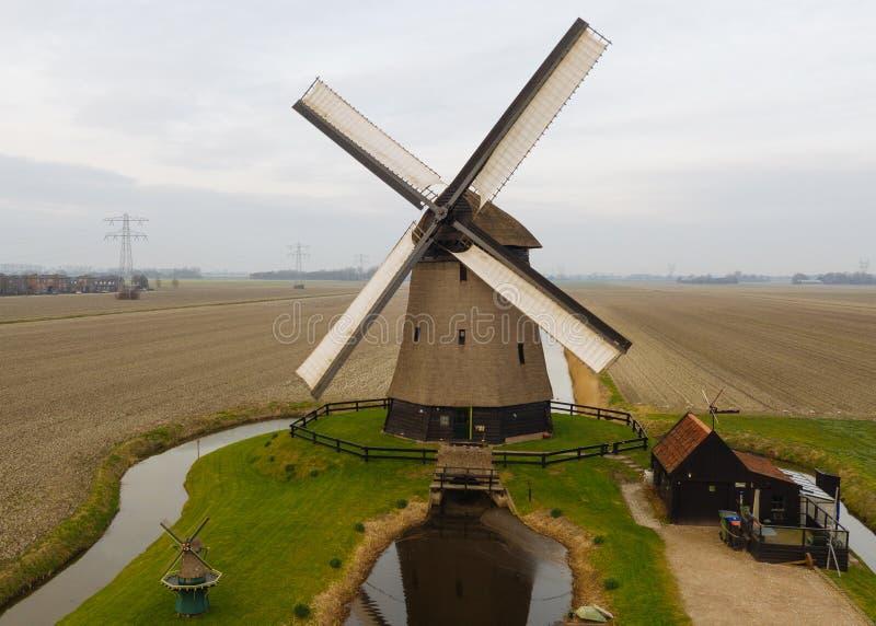 Molino de viento holandés antiguo típico con los campos desde arriba fotos de archivo