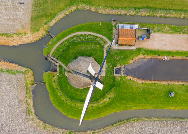 Molino de viento holandés antiguo típico con los campos desde arriba foto de archivo