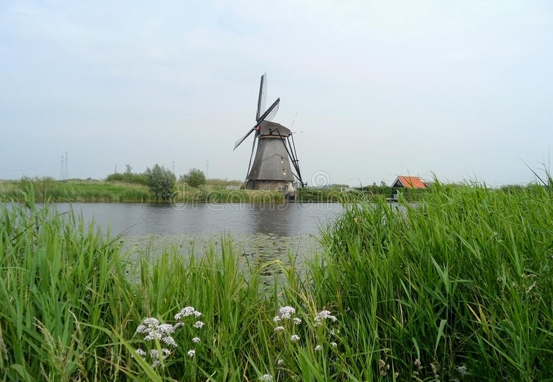 Molino de viento holandés auténtico en el complejo del molino de viento de Kinderdijk foto de archivo