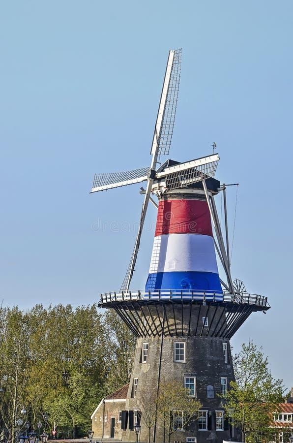 Molino de viento holandés en rojo, blanco y azul fotos de archivo
