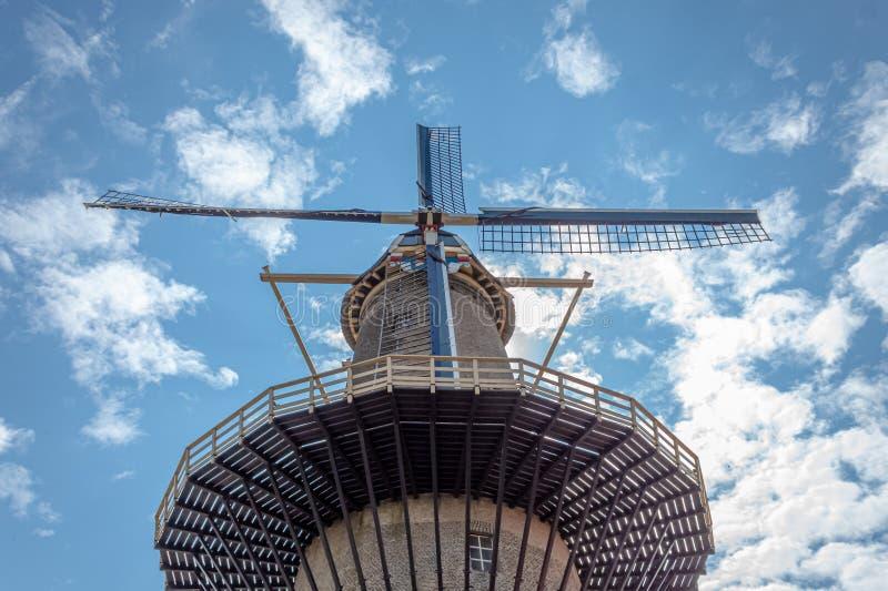 Molino de viento holandés que mira fijamente en el cielo imágenes de archivo libres de regalías