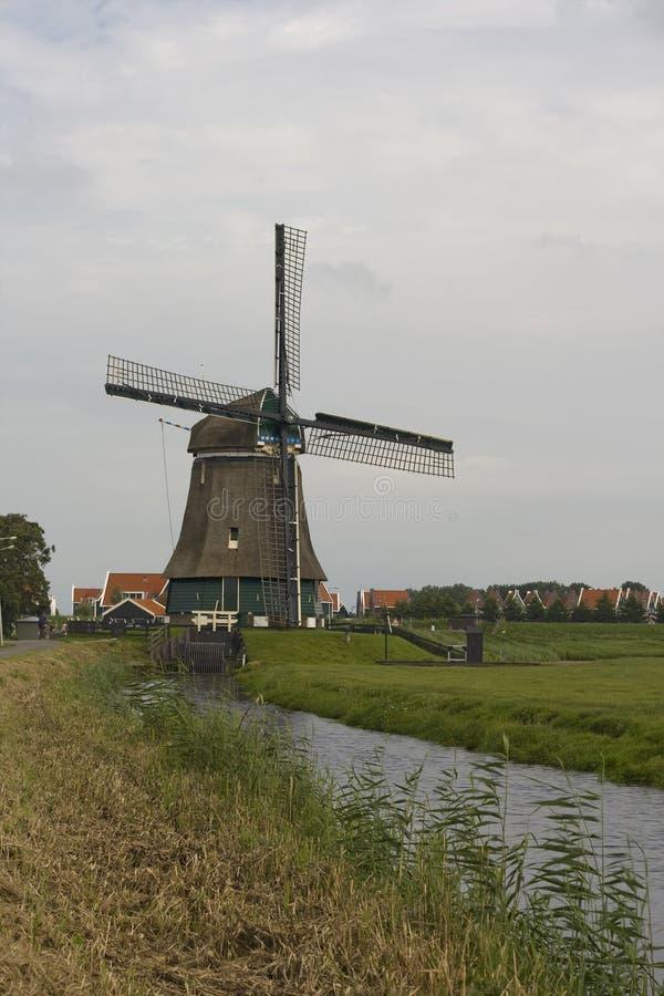 Download Molino De Viento Holandés Tradicional, Cerca De Volendam, Países Bajos Foto de archivo - Imagen de cubo, edificios: 41907384