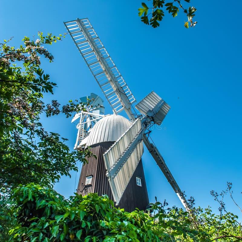 Molino de viento inglés tradicional contra el cielo azul imagen de archivo libre de regalías