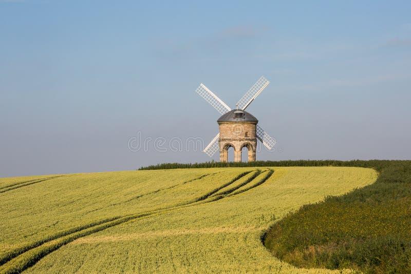 Molino de viento inglés tradicional en la salida del sol imágenes de archivo libres de regalías
