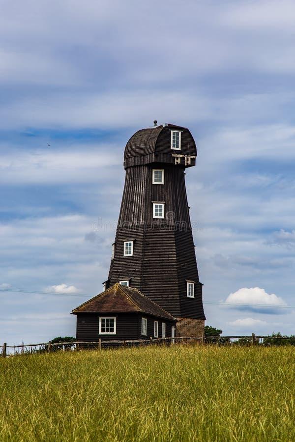 Molino de viento inglés tradicional en Surrey Inglaterra foto de archivo
