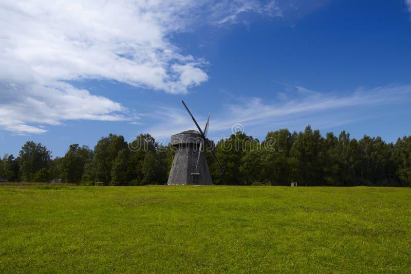 Molino de viento lituano viejo foto de archivo