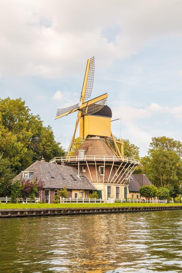 Molino de viento de madera antiguo en el pueblo de Weesp imagen de archivo libre de regalías