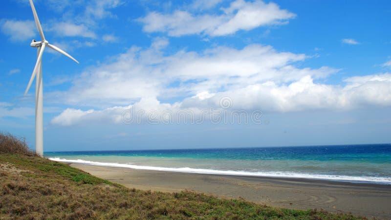 Molino de viento moderno en la playa imagen de archivo libre de regalías