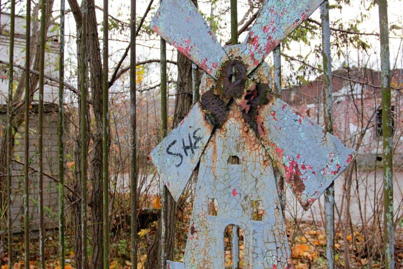 Molino de viento oxidado del metal imagen de archivo libre de regalías