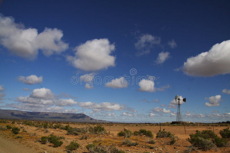 Molino de viento solitario fotos de archivo libres de regalías