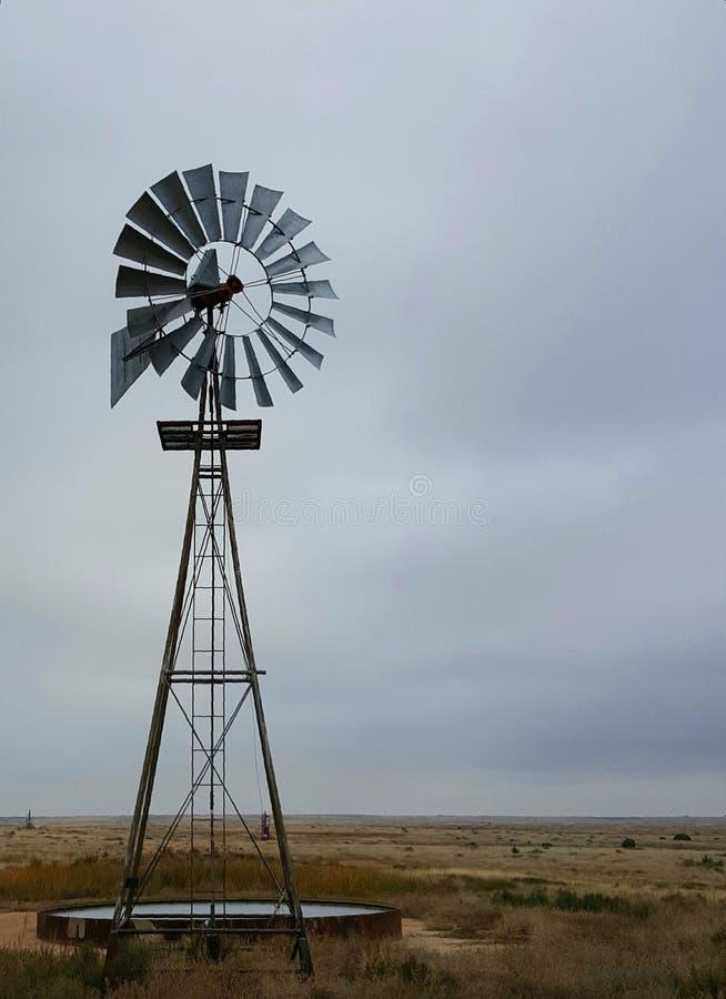 Molino de viento solo imagen de archivo