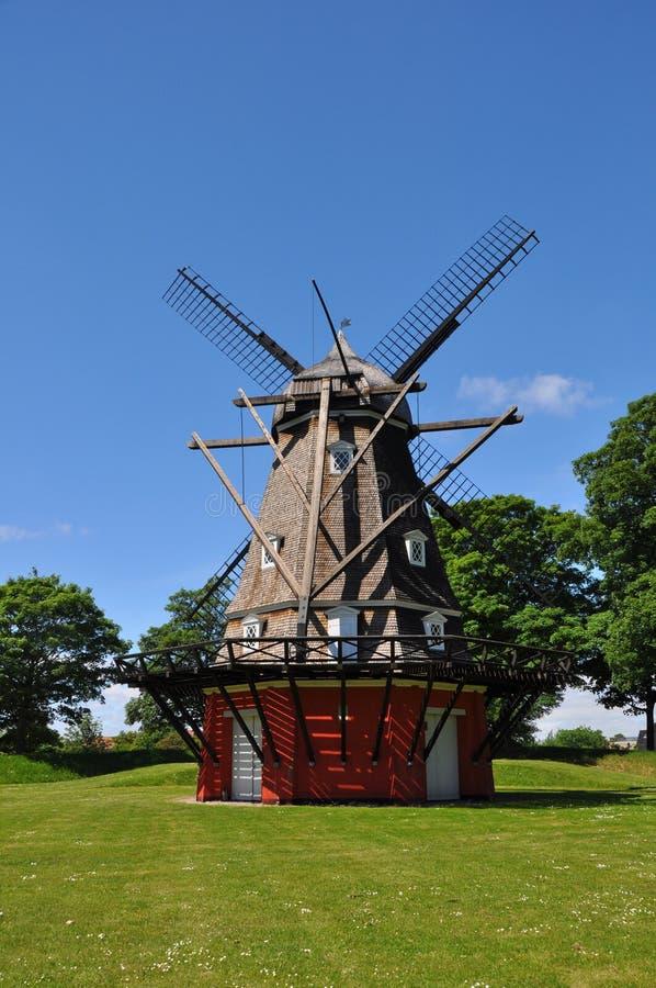 Molino de viento tradicional en Copenhague, Dinamarca imagenes de archivo