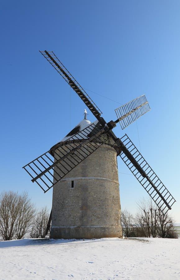 Molino de viento tradicional en invierno imagen de archivo libre de regalías