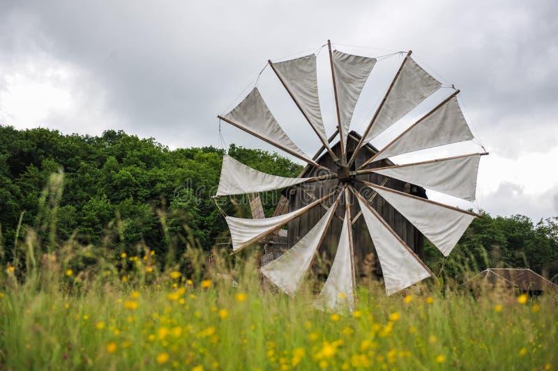 Molino de viento viejo en campo verde foto de archivo libre de regalías