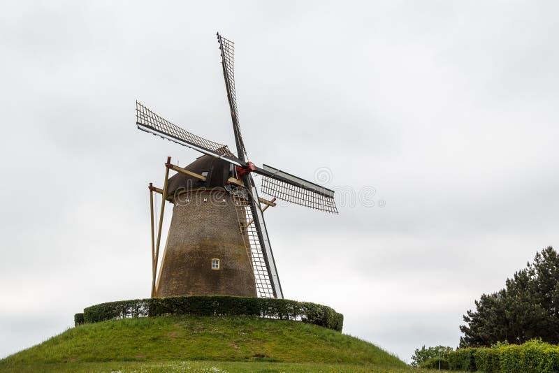 Molino de viento viejo en la ciudad de Wijchen fotografía de archivo
