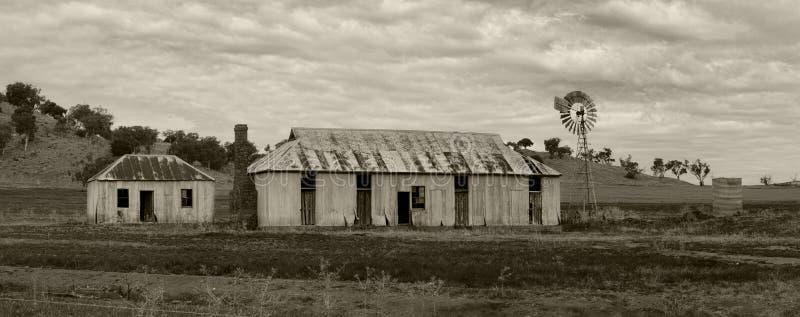 Molino de viento y dependencias rurales de las tierras de labrantío imagen de archivo