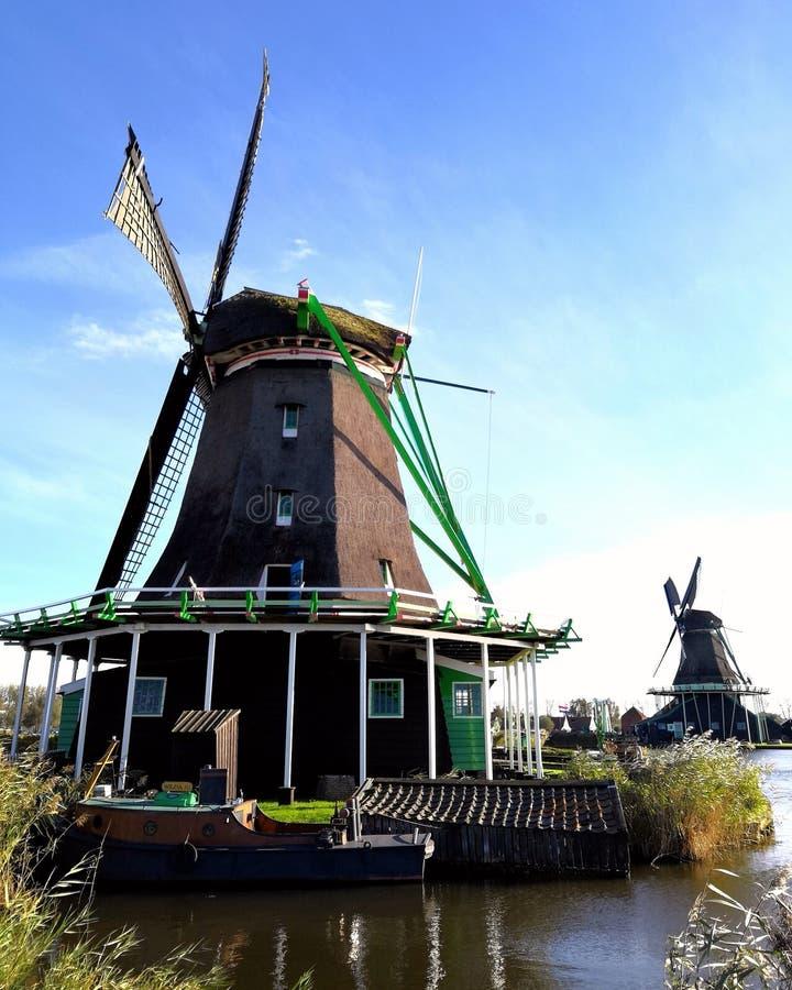 Molino de viento y nave foto de archivo libre de regalías
