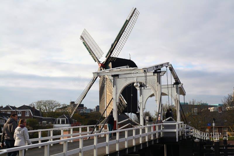Molino de viento y puente viejo fotos de archivo libres de regalías