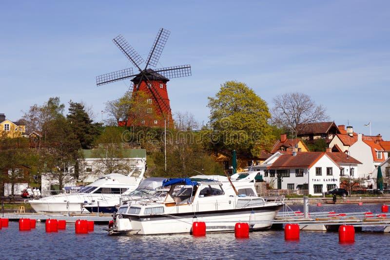 Molino de viento y puerto fotografía de archivo