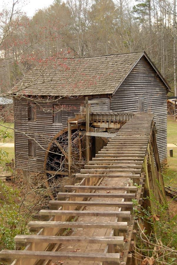 Molino histórico con el waterwheel fotografía de archivo