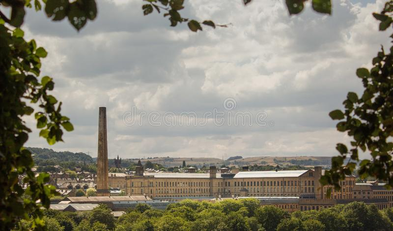 Molino histórico de las sales glimpsed a través de los árboles foto de archivo