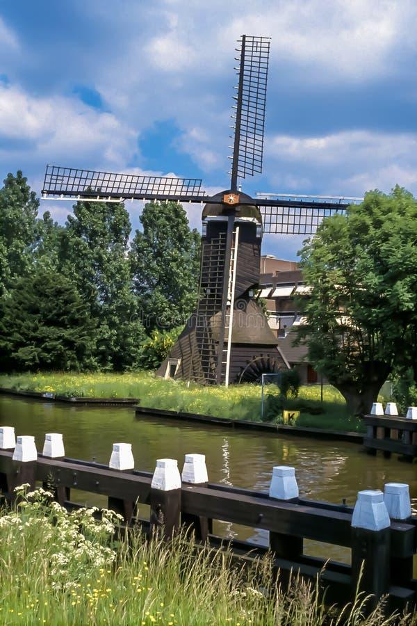 Molino holandés de los posts del drenaje del pólder en Holanda imagen de archivo libre de regalías